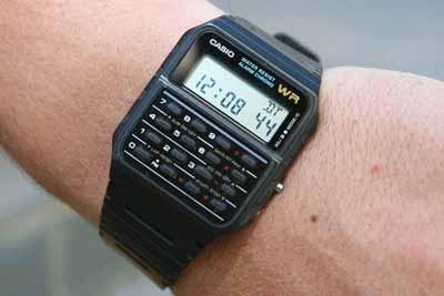 reloj de color negro con calculadora incluida