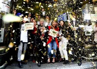 personas reunidas celebrando que ha tocado loteria