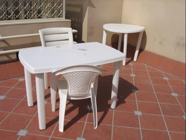 sillas y mesa de plastico